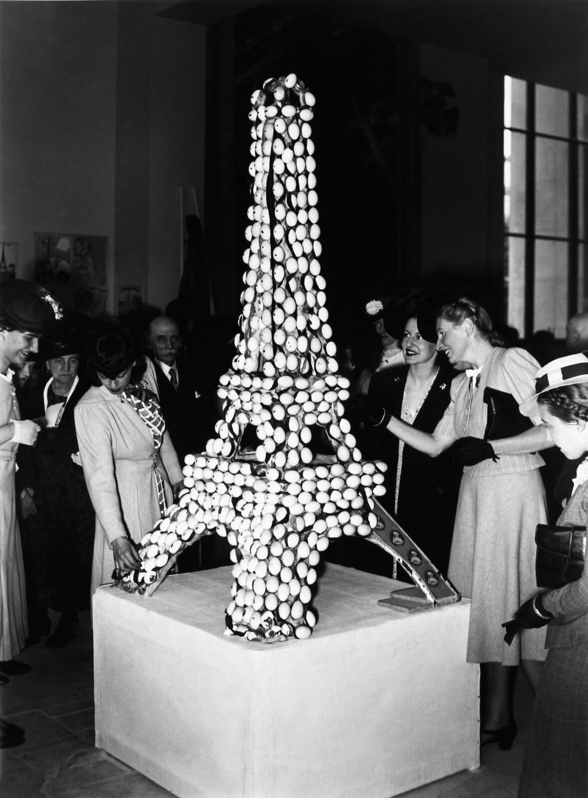 20. 1939. Эйфелева башня, сделанная из яиц, на 50-ю годовщину строительства Эйфелевой башни
