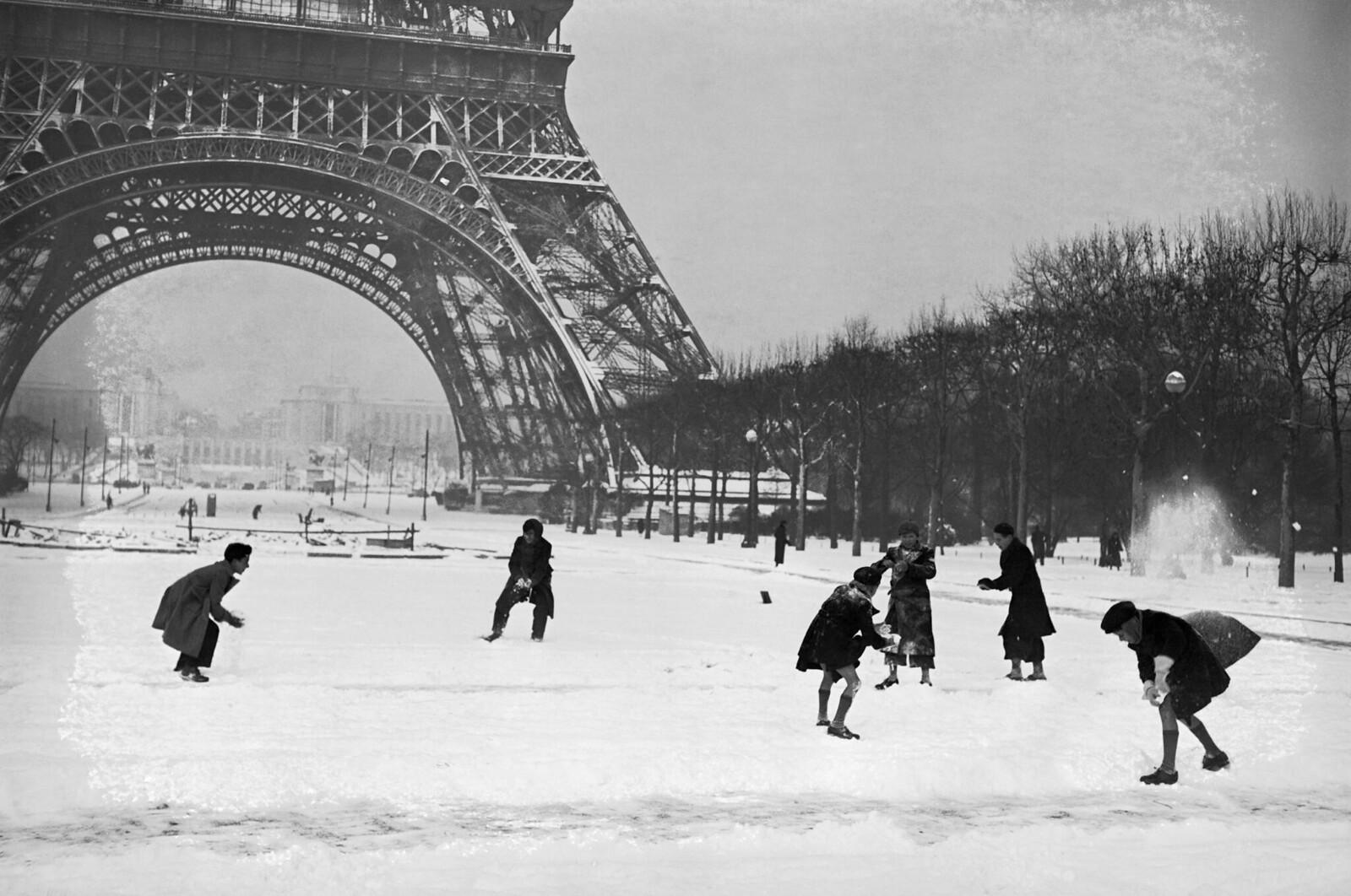 06. 1938. Дети играют в снегу у Эйфелевой башни. 21 декабря