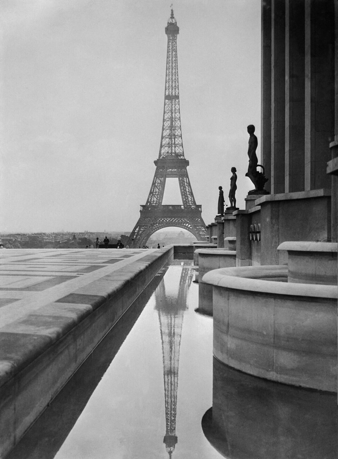 03. 1938. Эйфелева башня отражается в бассейне перед Трокадеро