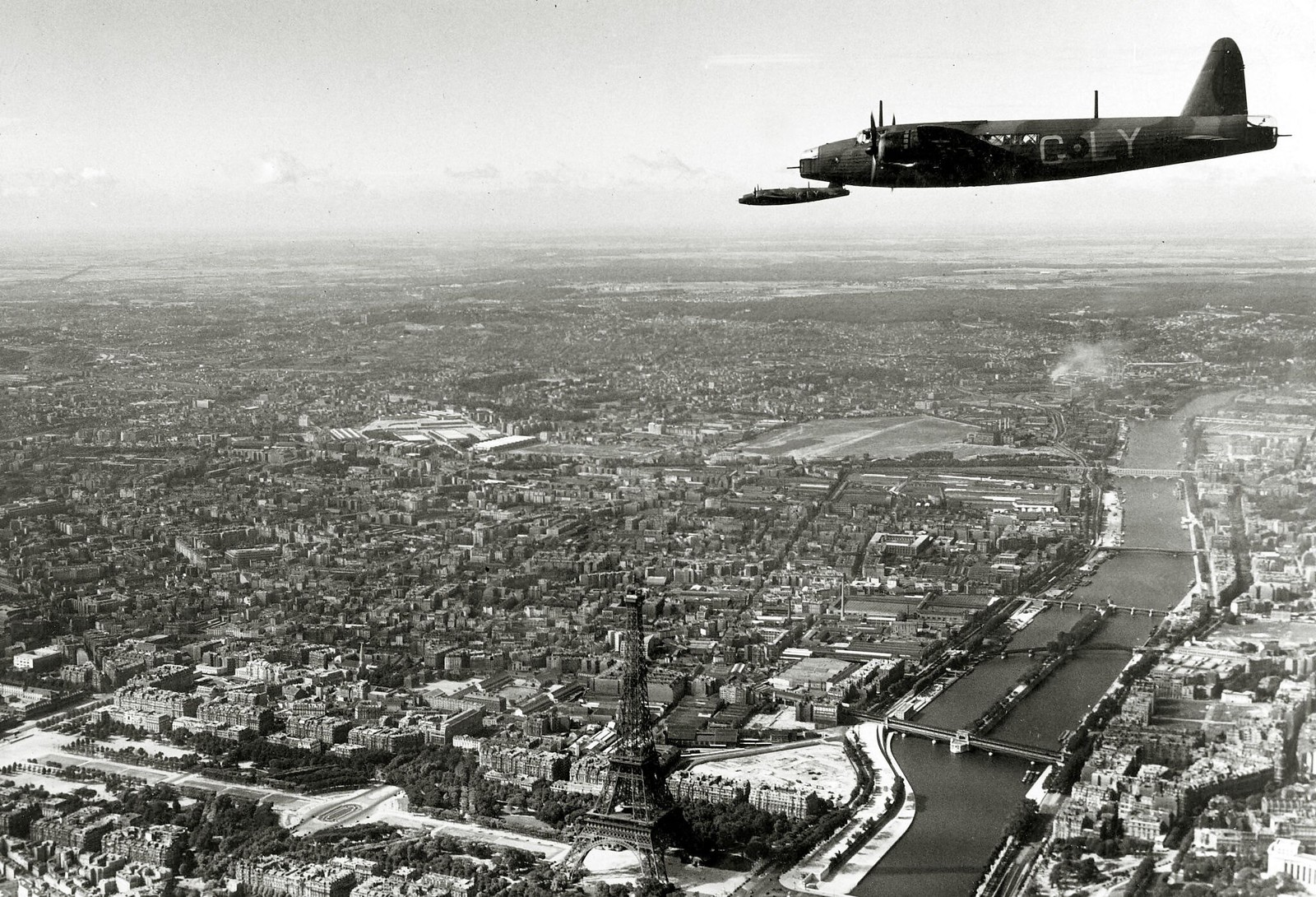 02. 1938. Британские бомбардировщики Веллингтон пролетели высоко над Эйфелевой башней и Парижем во время национального парада