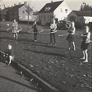 Hoelahoep in de Nachtegaallaan ca 1960