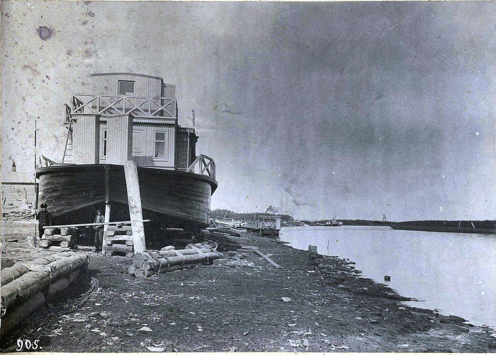 905. Корабли на берегу реки