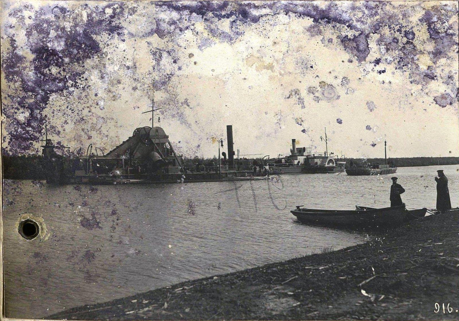 916. Землечерпательница и лодки на реке