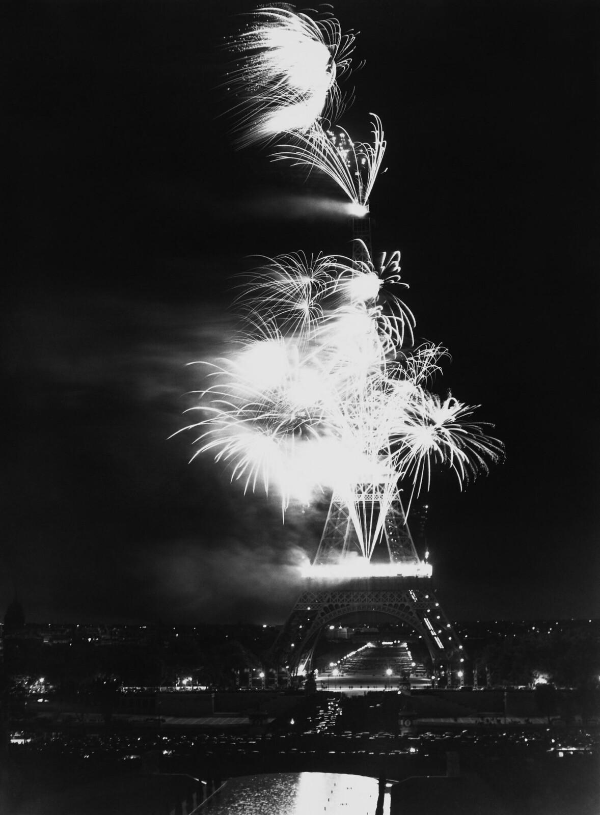 15. 1939. Эйфелева башня в вспышках парижского фейерверка. 14 июля