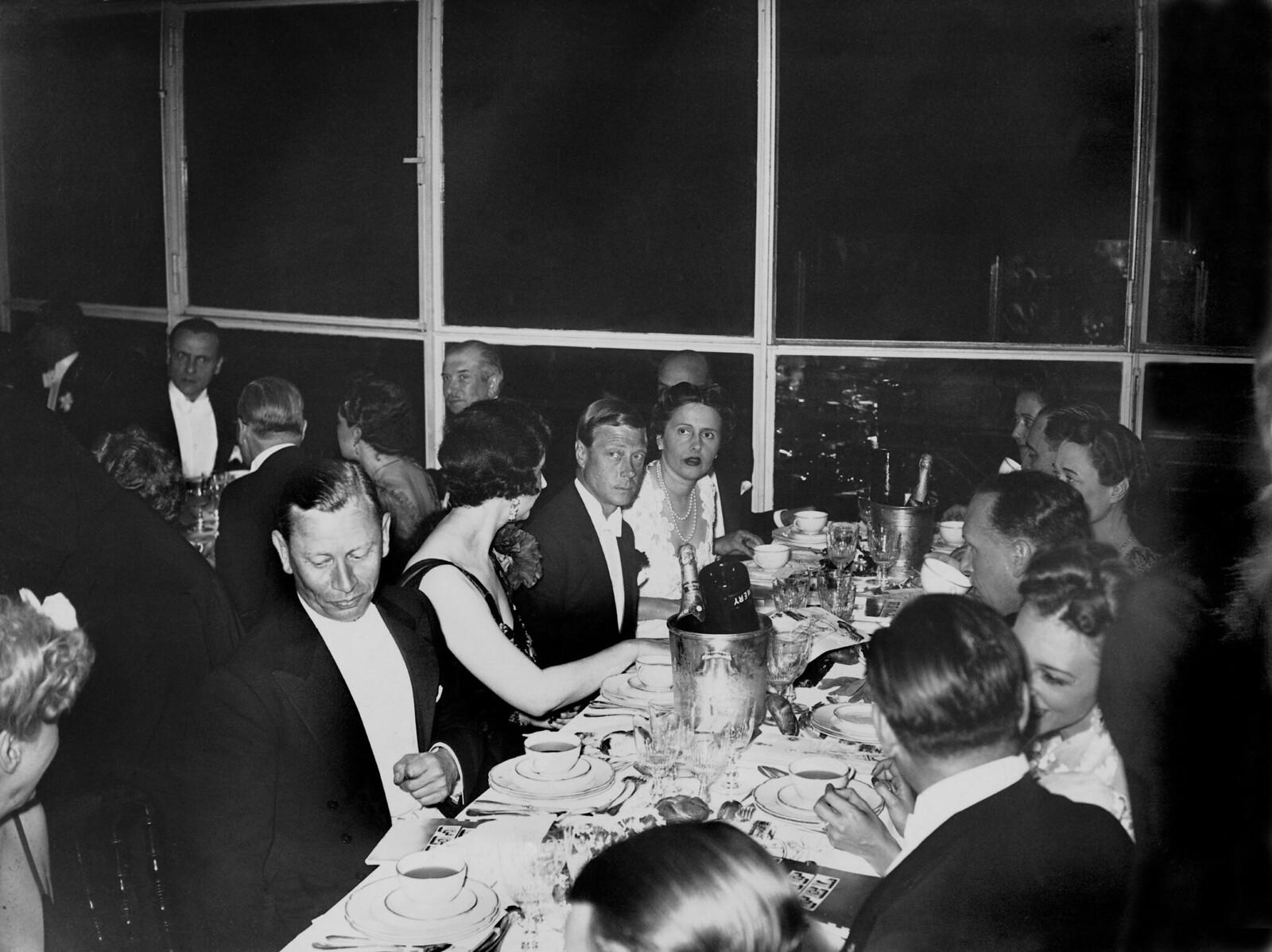 17. 1939. на первом уровне Эйфелевой башни был дан гала-ужин. Слева направо г-н ЛУКАСЬЕВИКС, посол Польши, г-жа. ТРЕЗЮРИ, герцог Виндзорский и госпожа Ж