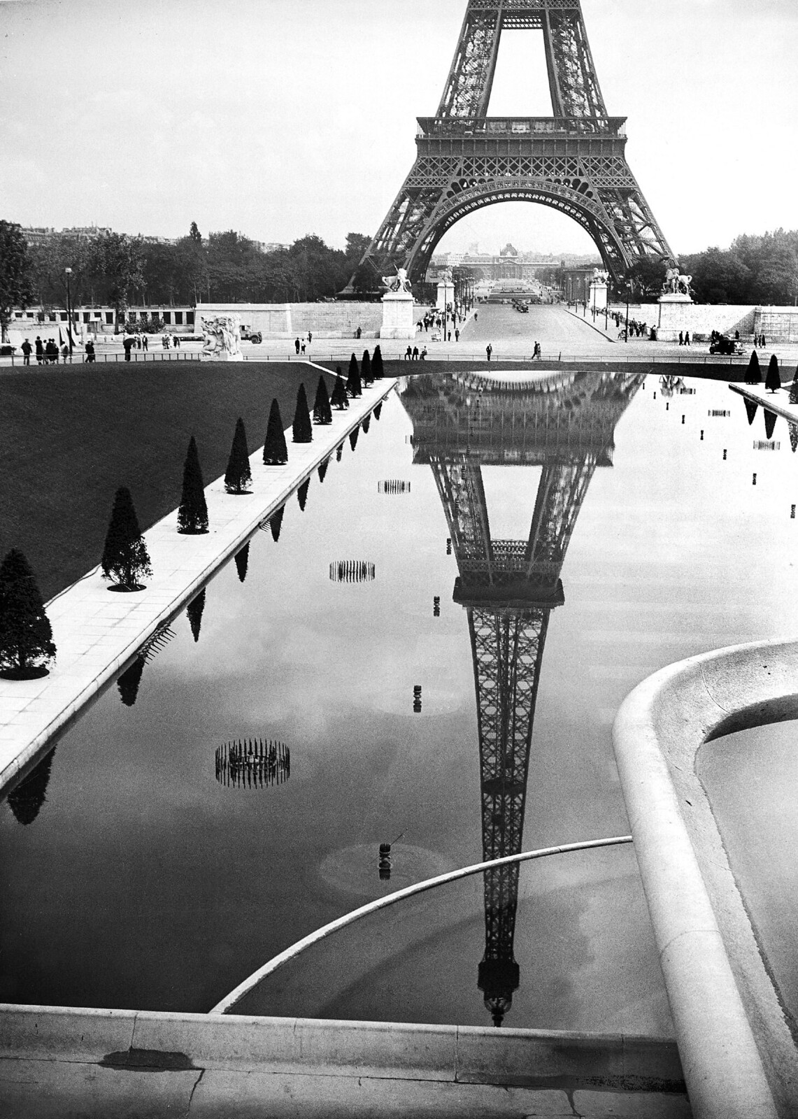 04. 1938. Эйфелева башня отражается в бассейне перед Трокадеро