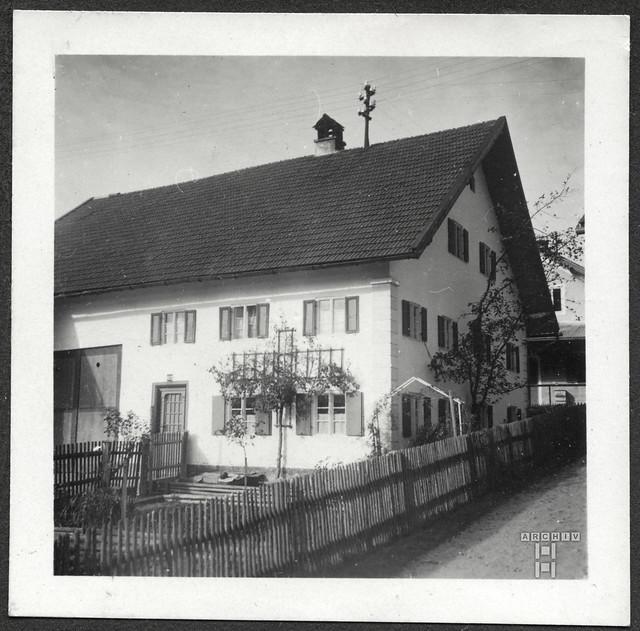 ArchivTappenZAl2a742 Wohngebäude mit Holzzaun, 1930er