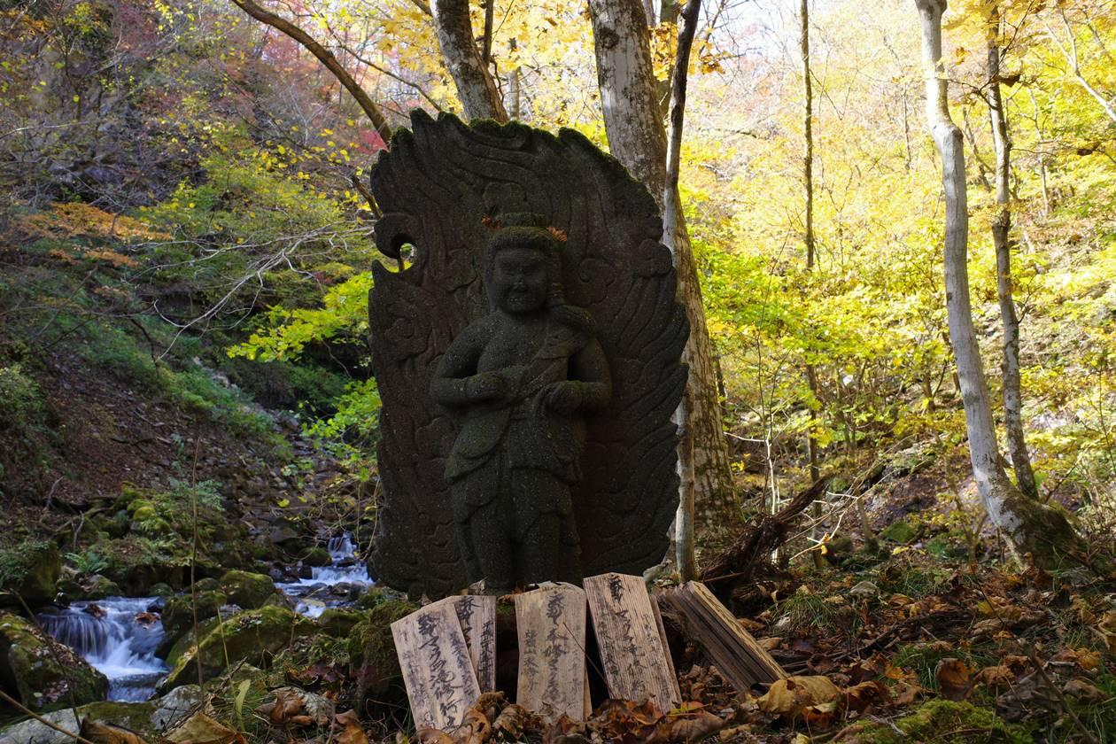 マックラ滝の石仏
