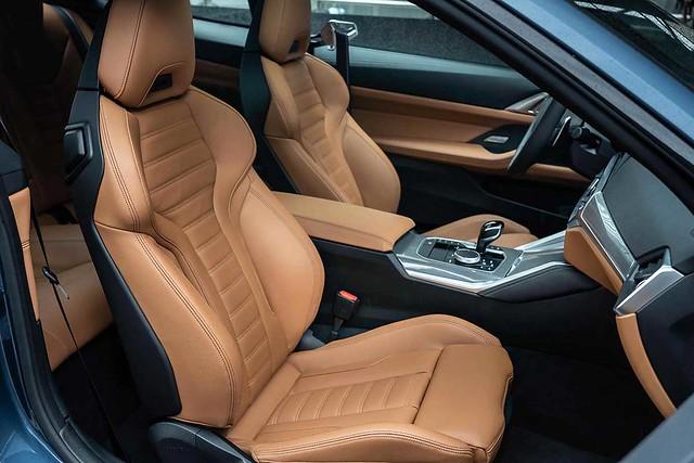 [新聞照片八] 全新世代BMW 4系列雙門跑車從內到外皆展現純正運動風格,BMW M440i xDrive使用Vernasca真皮M雙前座跑車座椅,呈現令人熱血沸騰的跑車氛圍