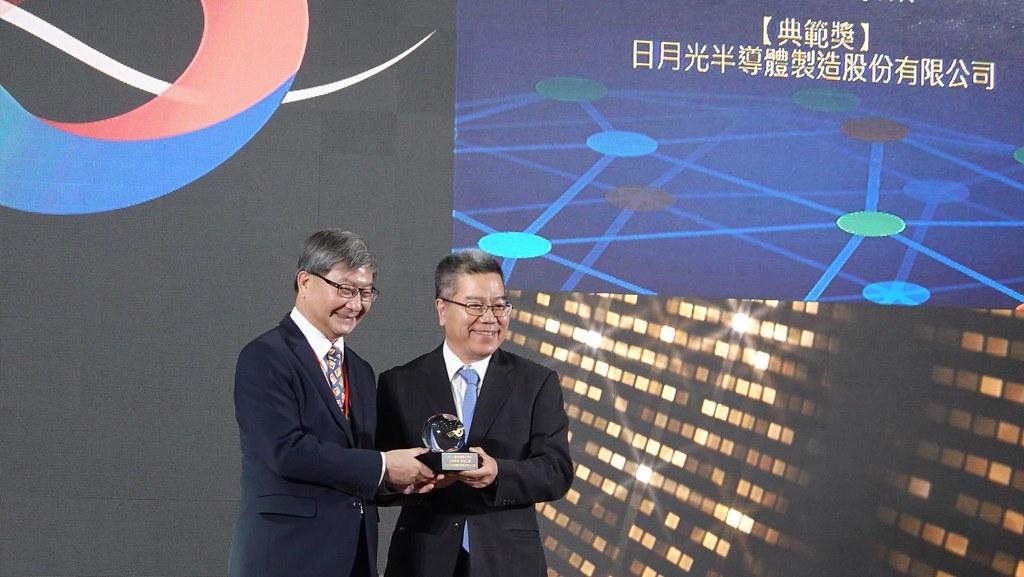 日月光獲得供應鏈獎年度典範殊榮,環保署副署長沈志修(左)將獎項頒給資深副總經理周光春(右)。