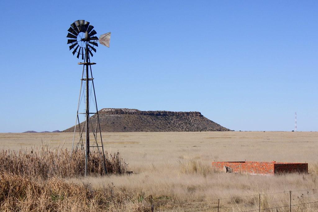 Free State: Wasserpumpe in karger Landschaft an der R 701 beim Ort Gariep Dam