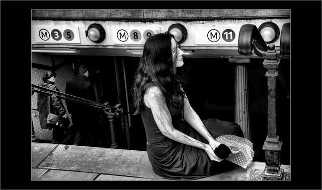 Mais qu'attendait - elle à l'entrée du métro.....?