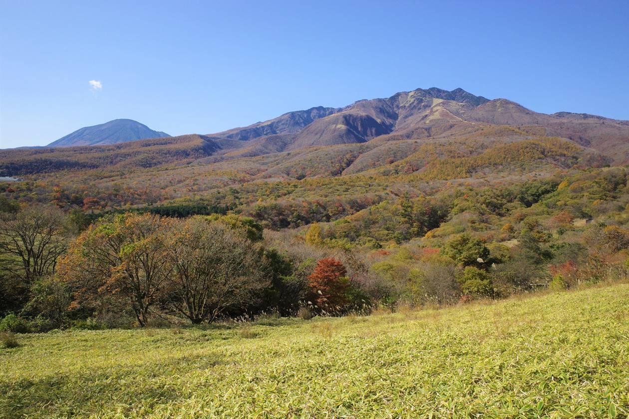 大山・猫ノ平から眺める男体山と女峰山と紅葉風景