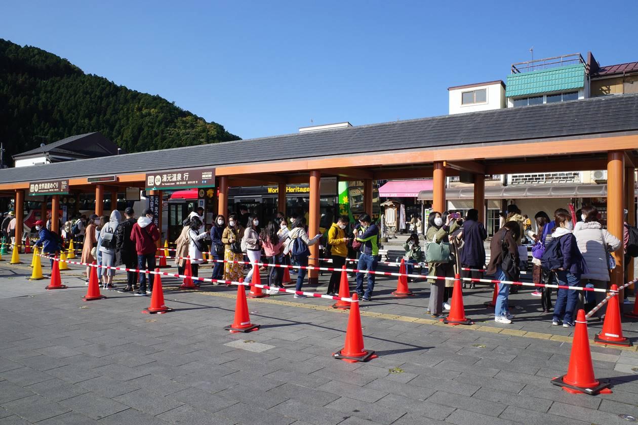 秋の日光 中禅寺湖・湯元温泉行きバスの行列