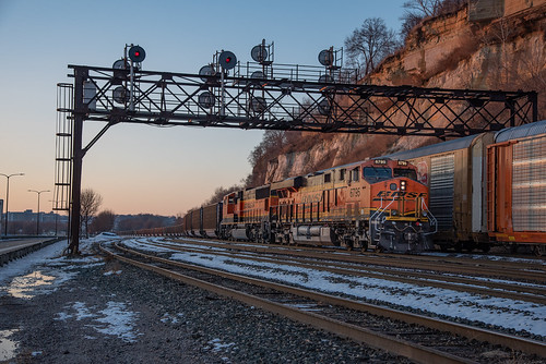 evening sunset bnsf railway coal train es44c4 ge sd75m stpaul daytonsbluff hoffmanave signalbridge searchlight signals colors mn minnesota