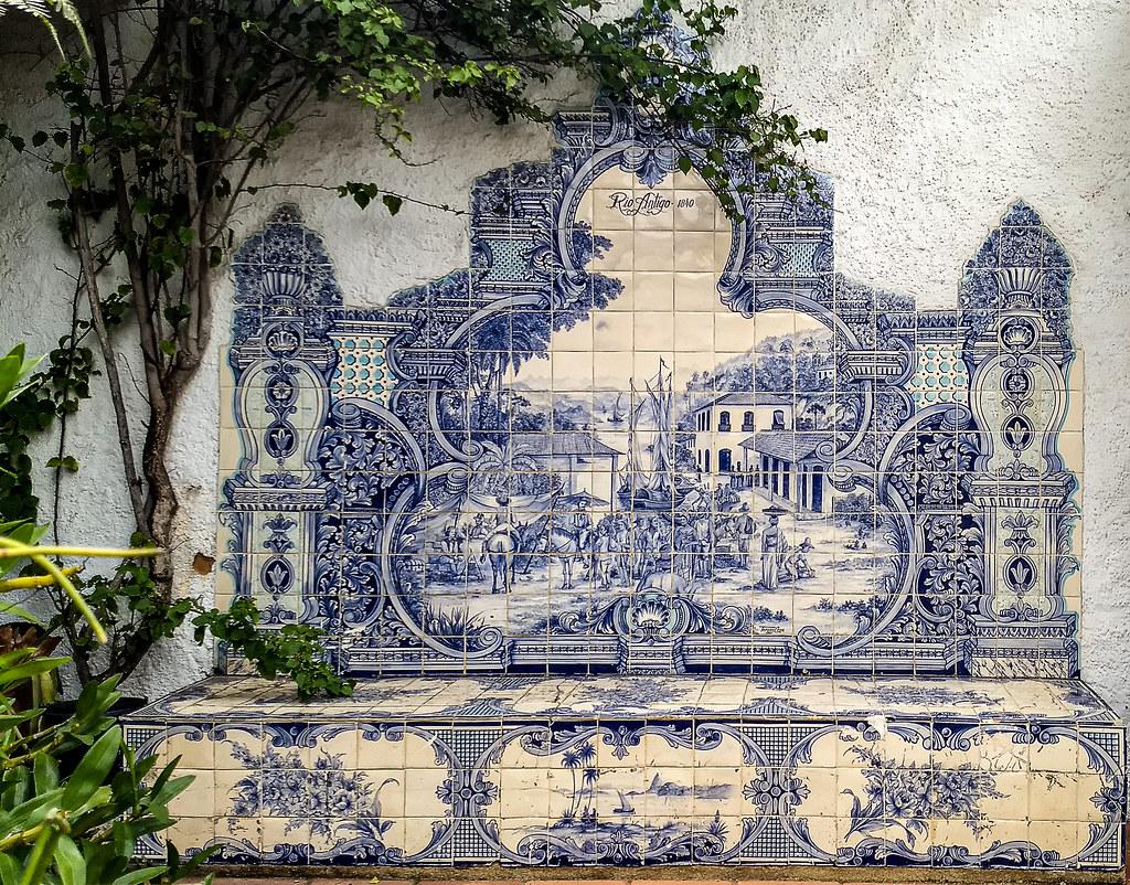 Painel de azulejos retratando o Porto da Estrela, situado no fundo da Baía de Guanabara, no atual município de Magé, baseado em gravura de Rugendas.