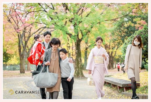色づいた公園を歩く家族