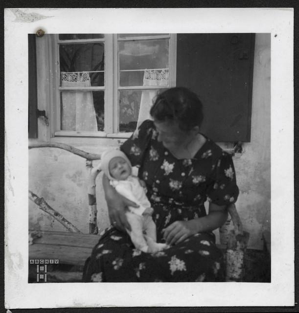 ArchivTappenZAl2a755 Mutter mit Säugling, 1930er