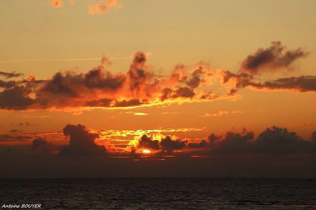 Le soleil se cache en plongeant vers l'horizon