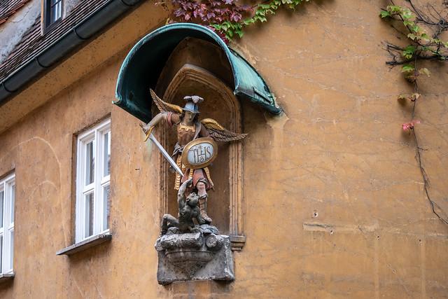 Augsburg, Fuggerei: Erzengel Michael und der Teufel, Skulptur an einem Haus in der Herrengasse - !Archangel Michael and the Devil
