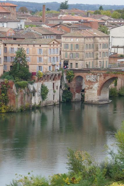 Au débouché du Pont Vieux sur La Madeleine, Albi, Tarn, Occitanie.