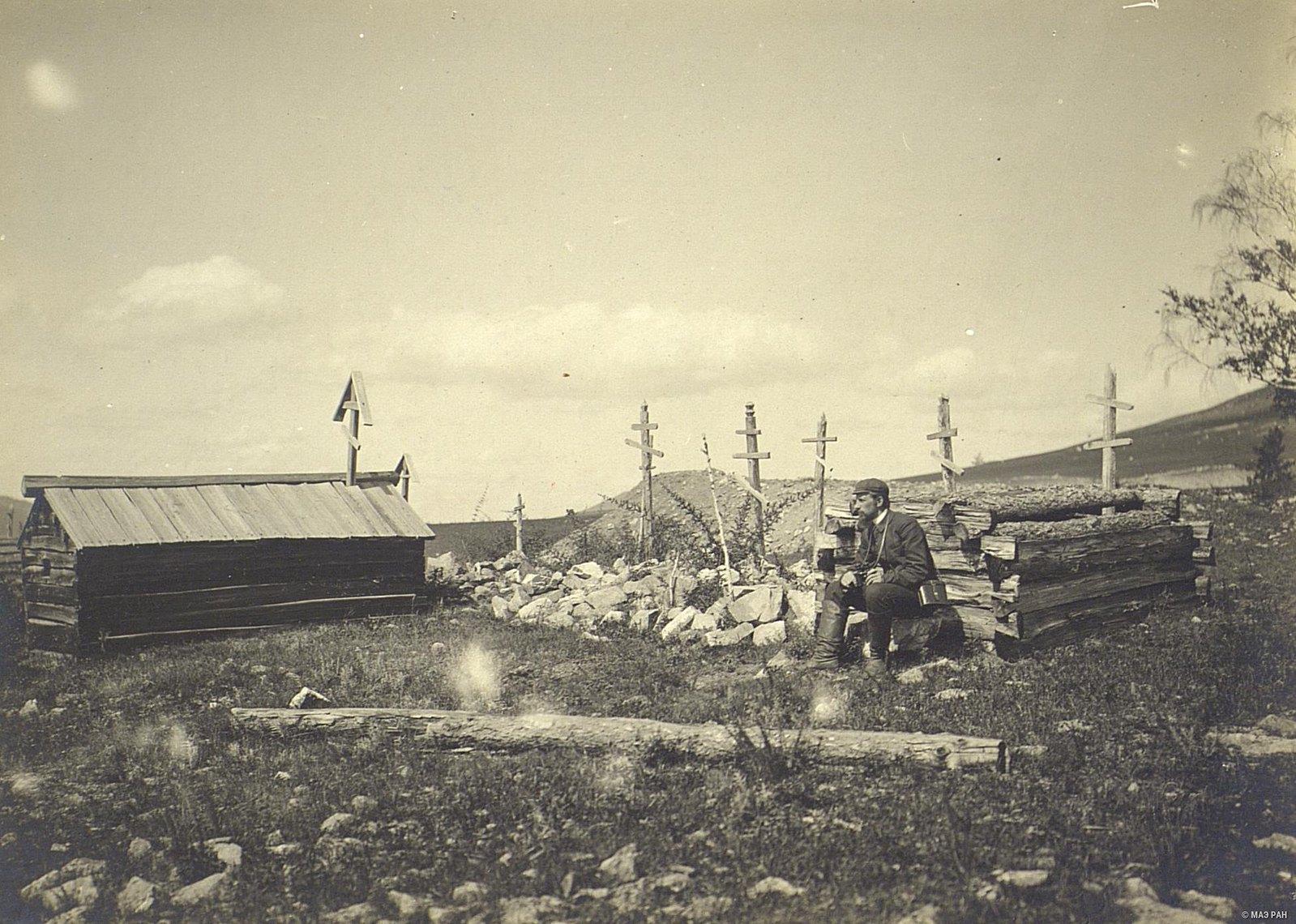 В. И. Анучин на кладбище крещеных качинцев