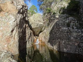 Arrivée au seuil rocheux et la grande vasque-cascade au-dessus