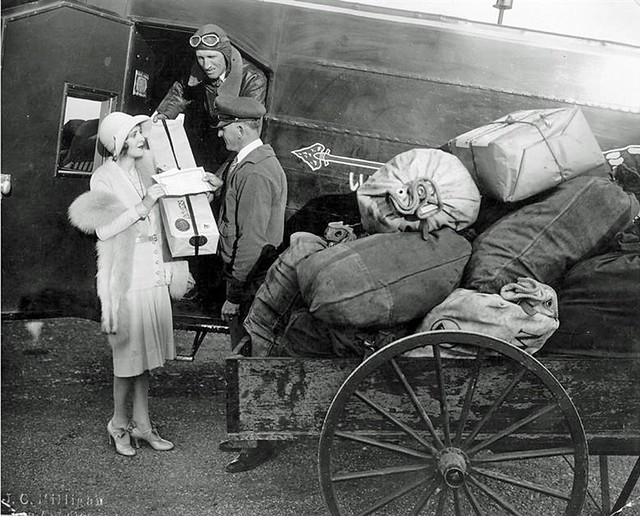 marchandises colis aviation marchande pilote poste charette postale agent avion porte cargaison livraison aérienne années 1920