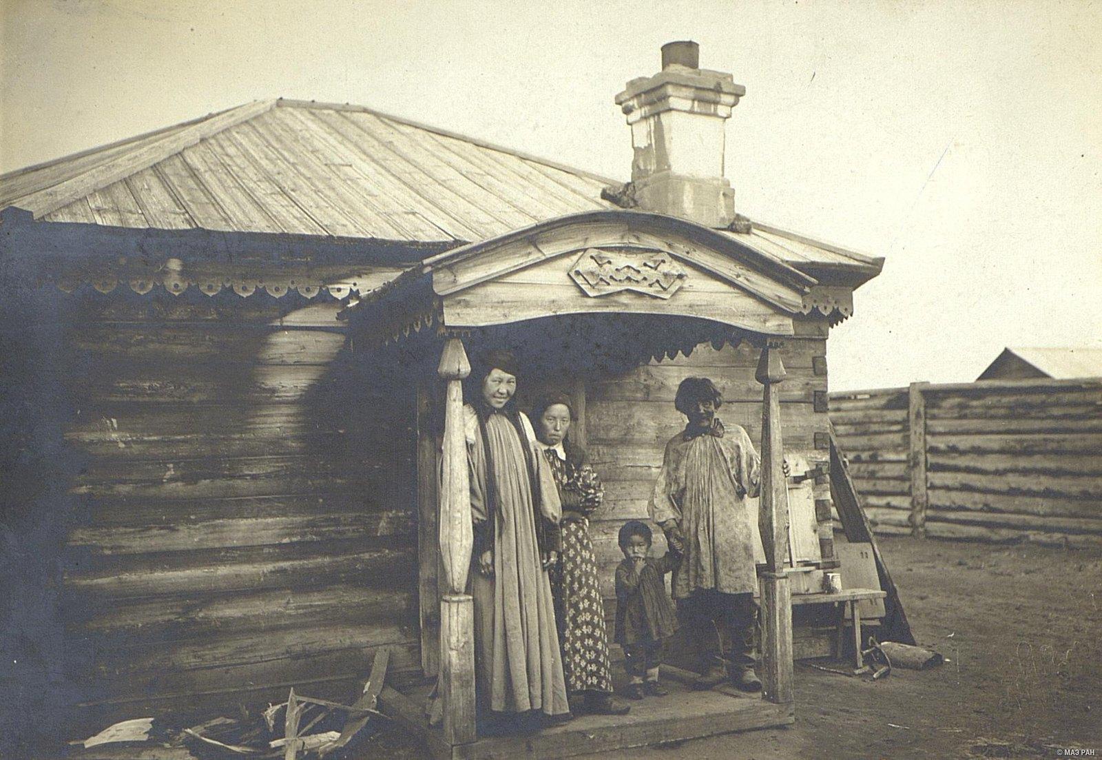 Семья у своего дома