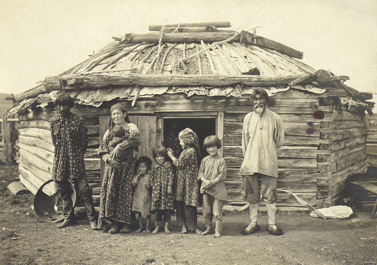 Небогатая семья у своей юрты