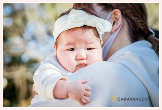 白いヘアバンドをした赤ちゃん