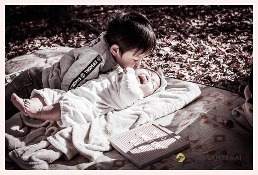 兄弟 妹の赤ちゃんにキスをするお兄ちゃん