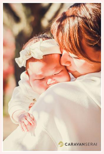 ママに抱っこされスヤスヤと眠る赤ちゃん