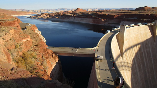 Arizona - Glen Canyon Dam & Lake Powell: the colors blue and red-brown dominate the impressive landscape