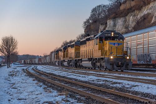 up manifest unionpacific sd402 sd40n rebuild trio emd standardcab train daytonsbluff stpaul minnesota sunset dusk hues track snow