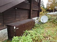KDDI尾瀬沼ビジターセンター局。他社がエリア化していない尾瀬では、auは唯一のキャリア。尾瀬では景観や積雪を考慮して高い鉄塔は建てず、山小屋などに併設する形でピンポイントでエリア化されている。無線中継局で、FD-LTE Band 18/26のみ対応
