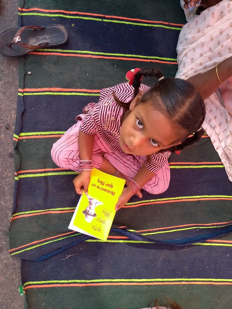 A little girl with teachings of Bhagat Singh. Image by Kanupriya