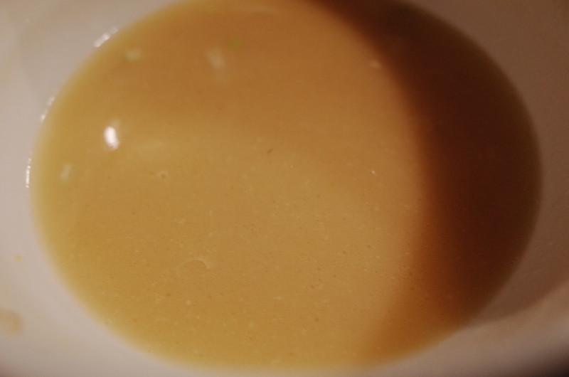 池袋東口鶏の穴白鶏らーめん玉子のせ鶏白湯スープ