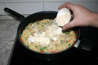 24 - Add parmesan / Parmesan einstreuen