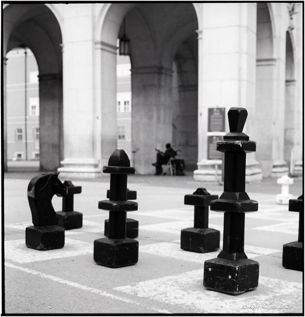 No chess player and no listener_Rolleiflex 2.8E