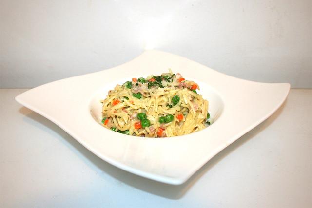 28 - Creamy ham bacon pasta - Side view / Cremige Schinken-Speck-Nudeln - Seitenansicht