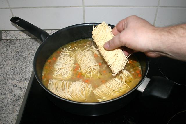 19 - Add uncooked noodles / Ungekochte Nudeln hinzufügen