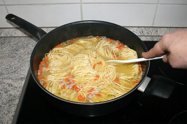 20 - Cook noodles / Nudeln gar kochen