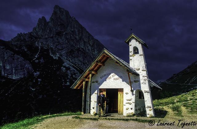 Chapelle au Col Falzarego, Dolomites, Italie
