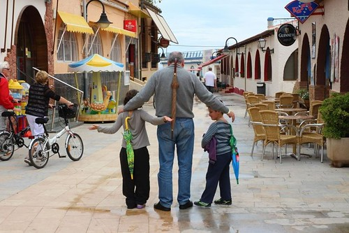 "Aitxitxe con sus ""nietos"" un raro día de lluvia en Alicante"