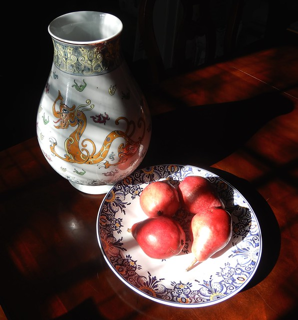 Chinese vase and pears