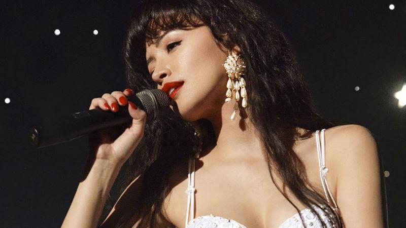 Christian Serratos cantando como Selena