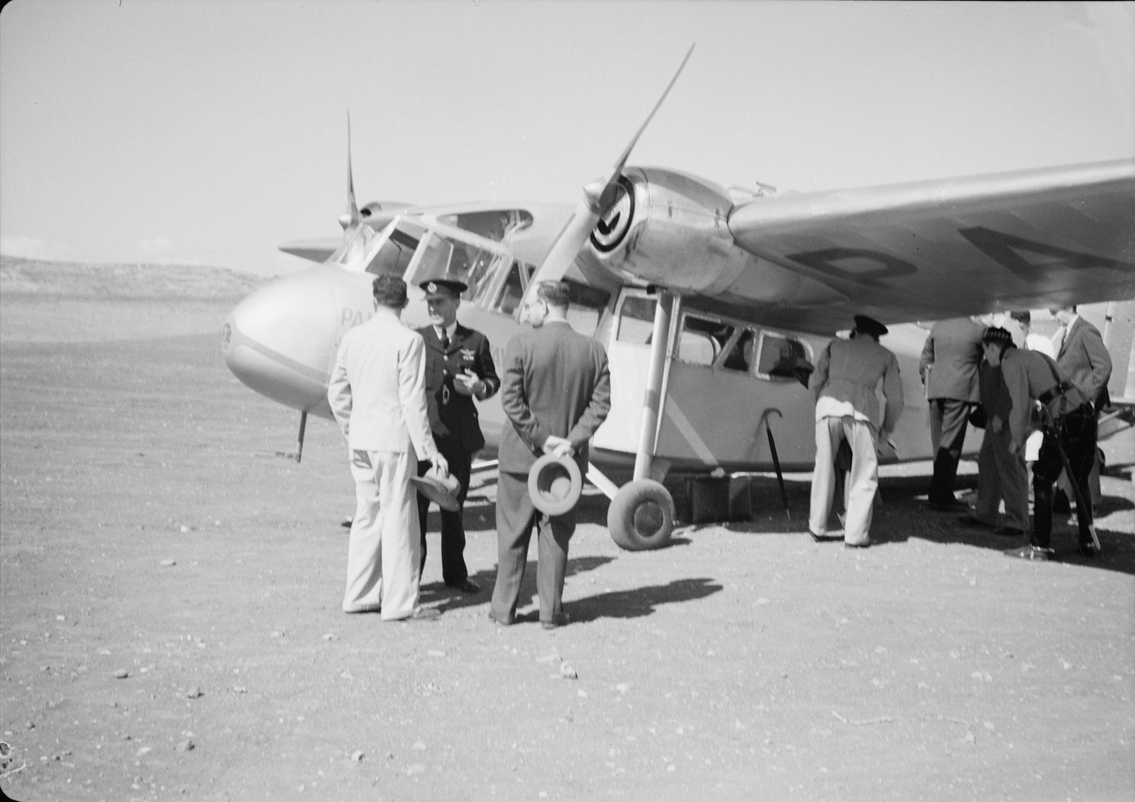 15. Сумки Верховного комиссара снимают с самолета. Его пилот капитан Эндрюс на переднем плане