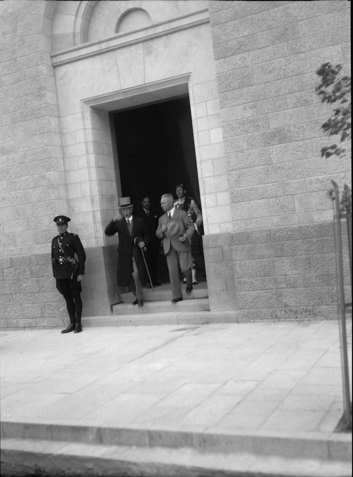 02. Его Превосходительство Верховный комиссар сэр Артур Уокоп у входа в новое почтовое отделение.