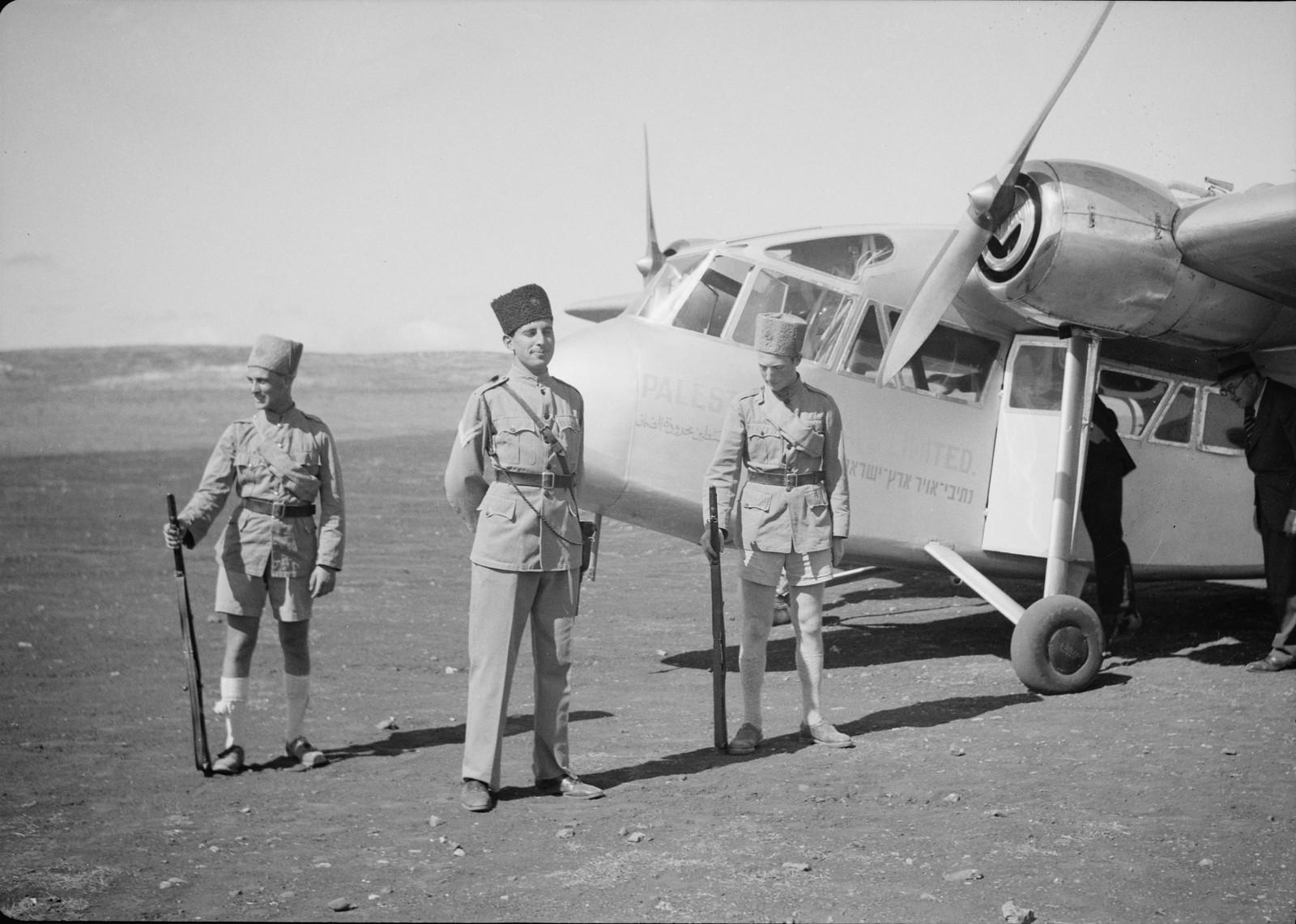 16. Еврейские охранники дежурят перед самолетом